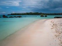 Mooi blauw overzees strand in Trat Thailand Stock Fotografie