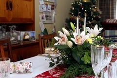 Mooi bloemenbelangrijkst voorwerp met kaarsen op het feestelijke dineren Ta Royalty-vrije Stock Foto's