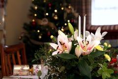 Mooi bloemenbelangrijkst voorwerp met kaarsen op het feestelijke dineren Ta Royalty-vrije Stock Afbeeldingen