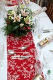 Mooi bloemenbelangrijkst voorwerp met kaarsen op het feestelijke dineren Ta Stock Fotografie