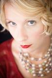 Mooi blond ernstig dameportret stock afbeelding