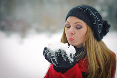 Mooi blond haarmeisje in de winterkleren stock fotografie