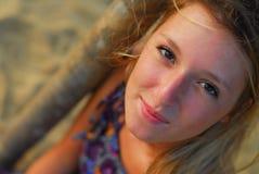 Mooi blond meisje dat bij camera glimlacht stock afbeelding