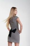 Mooi blond meisje in de gestreepte kleding Stock Afbeeldingen