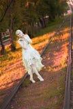 Mooi Blond Meisje met Bomen, Witte Kleding Stock Foto's