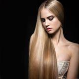 Mooi blond meisje met een volkomen vlot haar en een klassieke samenstelling Het Gezicht van de schoonheid royalty-vrije stock afbeelding
