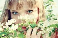 Mooi blond meisje onder appel-boom bloemen Royalty-vrije Stock Afbeeldingen