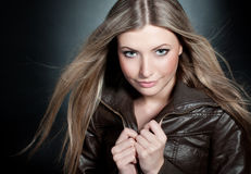 Mooi blond meisje op de zwarte achtergrond met Stock Foto
