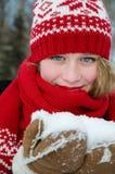 Mooi blond meisje in rood GLB en sjaal Traditioneel Kerstmis decoratief gebreid patroon in Skandinavische stijl Royalty-vrije Stock Afbeeldingen
