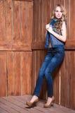 Mooi blonde dat jeanskostuum draagt stock foto