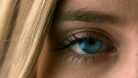 Mooi blonde die haar oog dicht openen stock footage