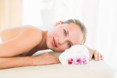 Mooi blonde die op massagelijst liggen Royalty-vrije Stock Afbeeldingen