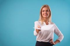 Mooi blonde die witte blouse dragen Stock Afbeelding