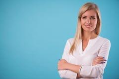 Mooi blonde die witte blouse dragen Royalty-vrije Stock Fotografie