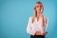 Mooi blonde die witte blouse dragen Stock Afbeeldingen