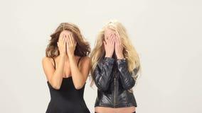 Mooi blonde en donkerbruine sexy jonge vrouwen stock videobeelden