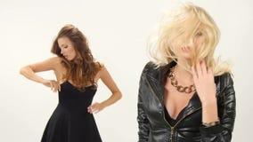 Mooi blonde en donkerbruine sexy jonge vrouwen stock footage