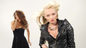 Mooi blonde en donkerbruine sexy jonge vrouwen stock video