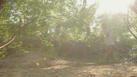 Mooi blonde gekleed in een kleding die door de vijver in het bos rusten stock footage