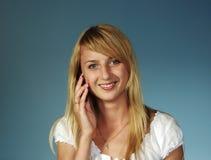 Mooi blonde meisje dat langs spreekt Stock Foto