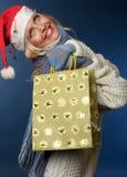 Mooi blonde meisje in de winterkleren, santahoed Stock Afbeelding