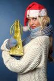 Mooi blonde meisje in de winterkleren, santahoed Stock Fotografie