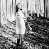 Mooi blonde meisje in een populierbos Stock Afbeelding