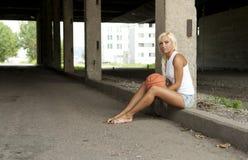 Mooi blonde meisje met basketbal Royalty-vrije Stock Afbeeldingen