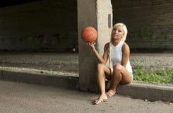 Mooi blonde meisje met basketbal Stock Foto