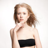 Mooi blonde meisje op een witte achtergrond Stock Afbeelding