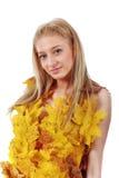 Mooi blonde met blauwe ogen in kleding van bladeren Stock Afbeeldingen