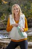 Mooi Blonde Modelenjoying the outdoors tijdens Dalingsonderbreking royalty-vrije stock afbeeldingen