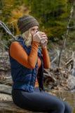 Mooi Blonde Modelenjoying the outdoors tijdens Dalingsonderbreking royalty-vrije stock fotografie