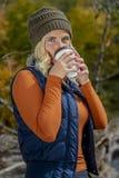 Mooi Blonde Modelenjoying the outdoors tijdens Dalingsonderbreking stock foto's