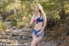 Mooi Blonde Modelposing outdoors in een Woestijnmilieu Stock Foto's