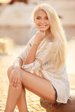 Mooi blondemeisje in de straat van de stad stock afbeeldingen