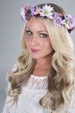 Mooi blondemeisje met bloem hoofdstuk stock afbeeldingen