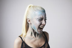 Mooi blondemeisje met bodyart op gezicht stock fotografie