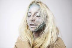 Mooi blondemeisje met bodyart op gezicht stock foto's