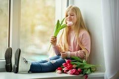 Mooi blondemeisje met boeket van tulpen roze bloemen Het Concept van Pasen Royalty-vrije Stock Foto's