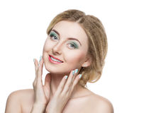 Mooi blondemeisje met een zachte samenstelling Zoals voor de het vrouwenvingers en gezicht die de camera bekijken isoleer Royalty-vrije Stock Foto