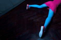 Mooi blondemeisje met twee vlechten, met creatieve poppensamenstelling: roze glanzende lippen, die roze skeletkleding dragen voor Stock Afbeelding