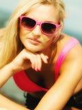 Mooi blondemeisje op strand, zomer Royalty-vrije Stock Foto's