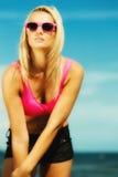 Mooi blondemeisje op strand, zomer Stock Foto