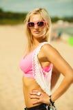Mooi blondemeisje op strand, zomer Stock Afbeeldingen