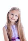 Mooi blondemeisje in purpere kleding stock afbeelding