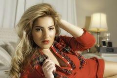 Mooi Blondemeisje in Rode Kerstmisuitrusting en Groot Haar Stock Fotografie
