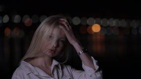 Mooi blondemodel met het lange haar stellen in nachtstad stock videobeelden