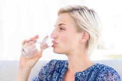 Mooi blondevrouw het drinken glas water Royalty-vrije Stock Foto's