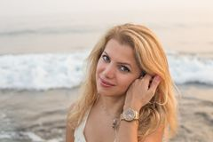 Mooi blondewijfje met tedere glimlach royalty-vrije stock fotografie
